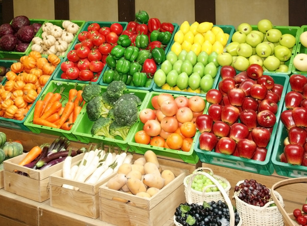 Puesto de frutas y verduras en el mercado Foto Premium