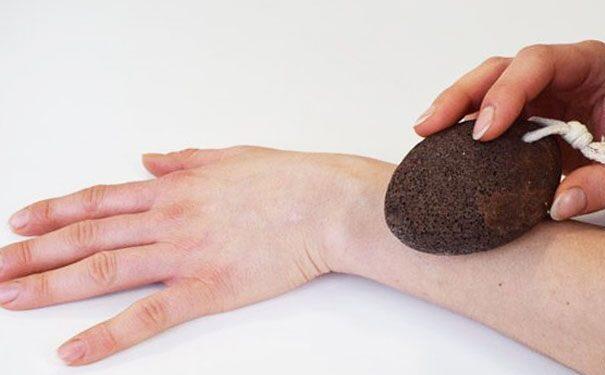Exfoliación con piedra pómez